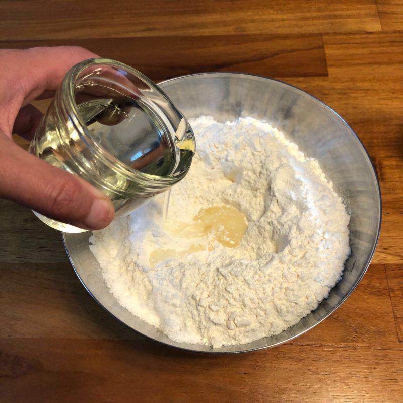 自宅で作れるcooのビスケットの作り方その1。粉たちにゆっくりと油をそそぐ写真