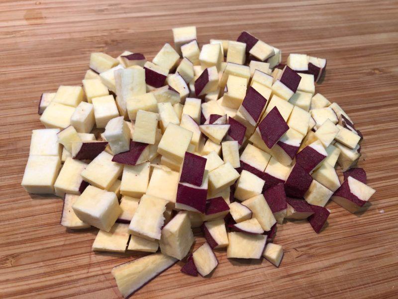 優しい甘み♪さつまいものスイートサラダの作り方その1-さつまいもをさいの目にカットの写真