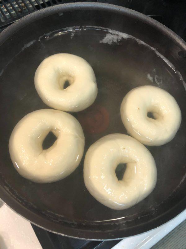 もっちり!coo自家製ベーグルの作り方ー茹でるの写真